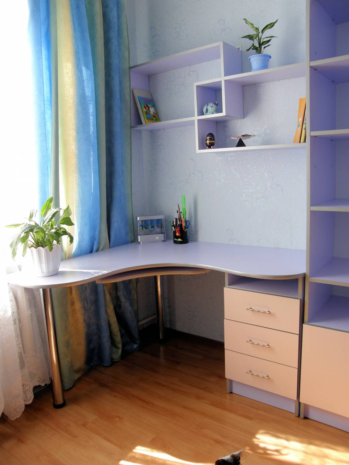 Компьютерный стол - фотоальбом - мебель по индивидуальному п.